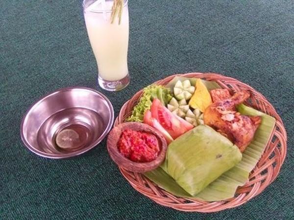 Ayam Goreng, salah satu menu makanan di restoran Pesona Sumedang