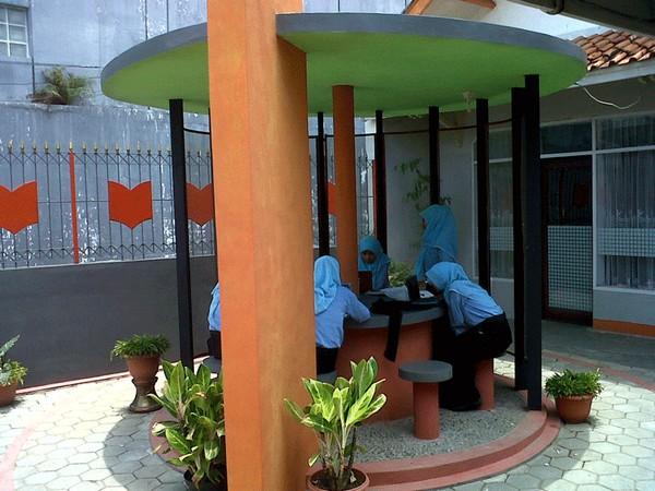 Pengunjung sedang membaca di Gazebo