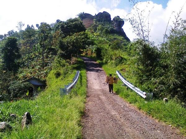 Akses ke Dayeuh Luhur dan Gunung Bongkok (foto: tersana22.blogspot.com)