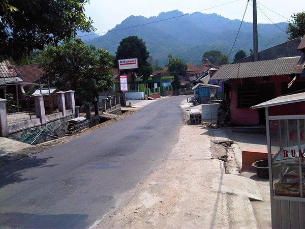 Salah satu akses jalan di Desa Cikaramas (foto: facebook)