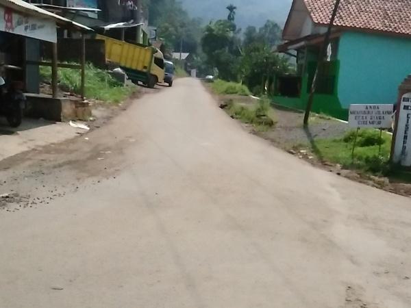 Akses jalan di Desa Jatimukti (foto: safiraarpt.wordpress.com