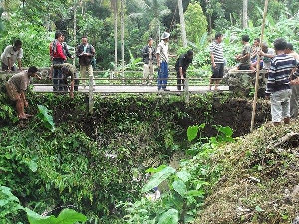 Salah satu akses jalan menuju ke Desa Boros (foto: PNPM Mandiri Pedesaan Kab Sumedang)