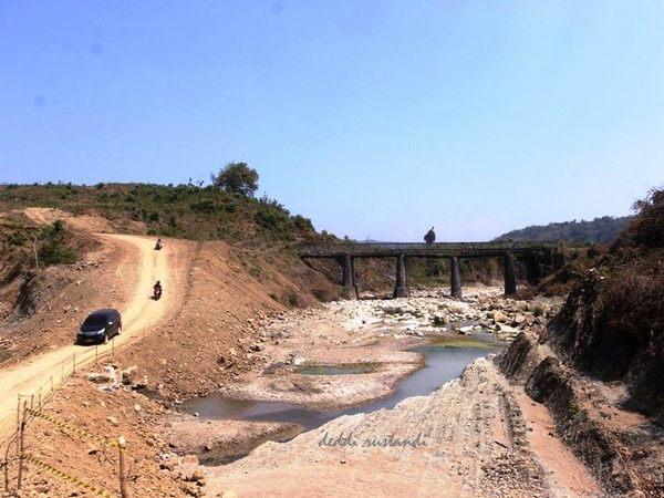 Akses melewai jembatan dialihkan karena sudah dibongkar (foto: facebook)