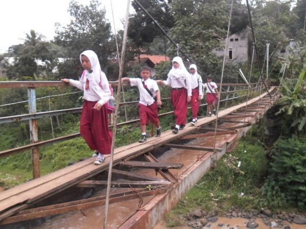 Anak sekolah menyeberang (foto: damkafka.wordpress)