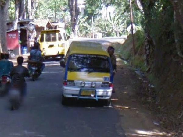 Angkot 08 di perjalanan (foto: Google Street View)