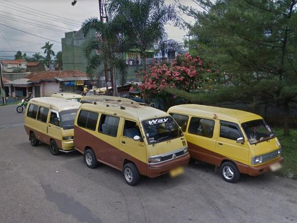 Angkot 09 di bunderan Alamsari (foto: Google Street View)
