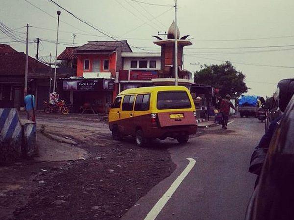 Angkot 09 di pertigaan Legok (foto: instagram @padu_jepret)