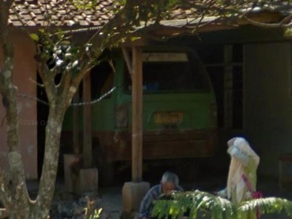 Angkot 14 di garasi (foto: Google Street View)