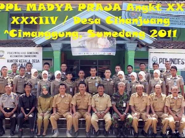 Aparat Desa Cihanjuang beserta anggota PPL IPDN (foto: bulank.blogspot.co.id)