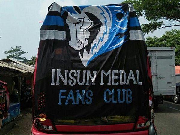 Anggota Insun Medal Fans Club mendukung Perses Sumedang