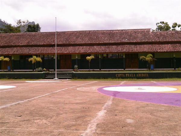 Salah satu bangunan kelas SMP Negeri 2 Ganeas (sumber: Referensi Data Kemendikbud)