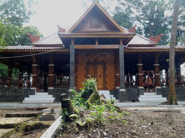 Bangunan yang menaungi Makam Prabu Geusan Ulun di Dayeuh Luhur