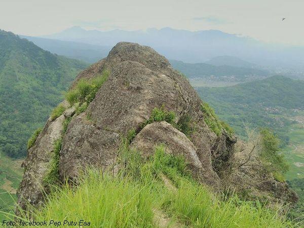 Batu besar di puncak Gunung Bongkok