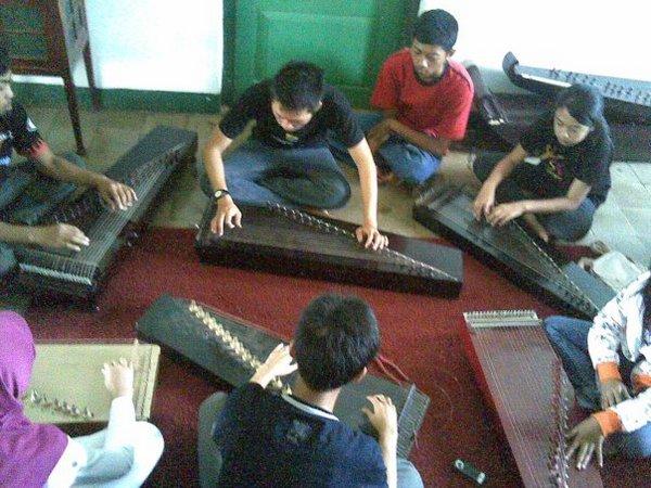 Pelajar sekolah sedang belajar kecapi (foto: facebook Gentra Maya Sumedang)