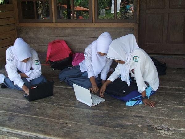 Siswa ketika belajar di luar kelas
