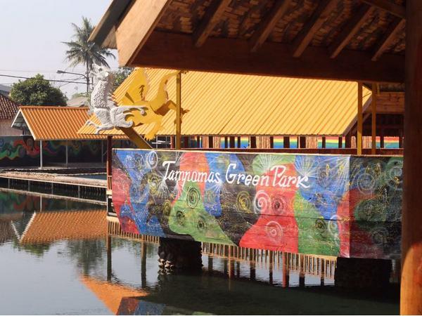 Cafe berupa perahu di atas kolam renang