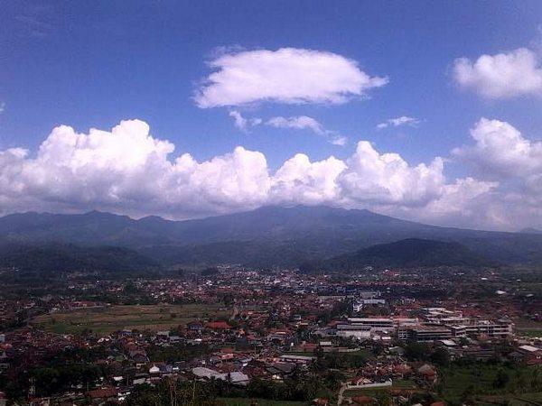 Pemandangan kota Sumedang dari puncak Gunung Kacapi (foto: Instagram @sitiraafiah)