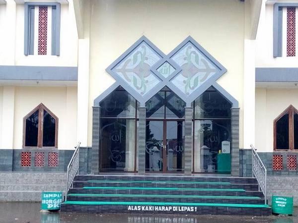 Gerbang depan Masjid Besar Kecamatan Conggeang (foto: facebook Syamsul Gowes)
