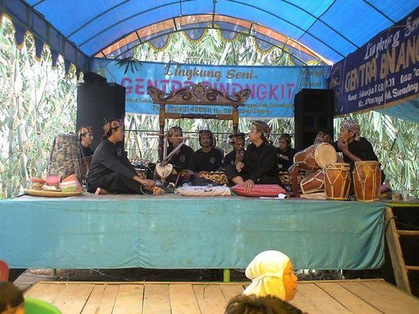 Sedang pentas di panggung (foto: facebook Sanggar Seni Gema Binangkit)