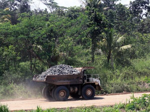 Dump truck pengangkut batu dari Gunung Julang (foto: Sumedang Online)