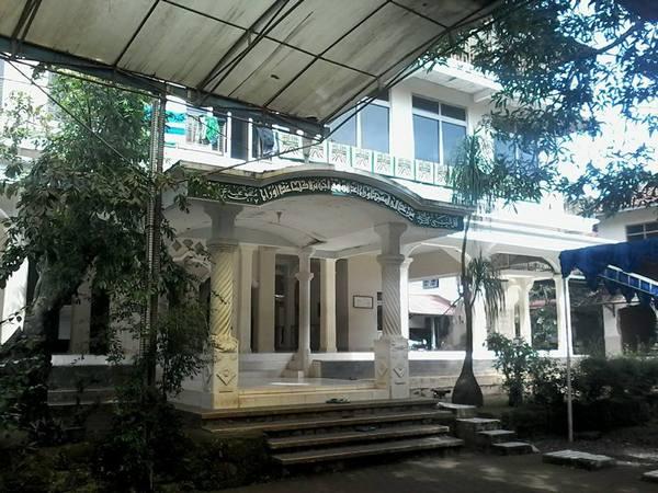Salah satu gedung di kompleks Pondok Pesantren Asyrofuddin Cipicung (foto: facebook)