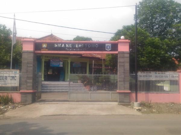 Gerbang SMA Negeri Tomo (foto: facebook SMAN Tomo)