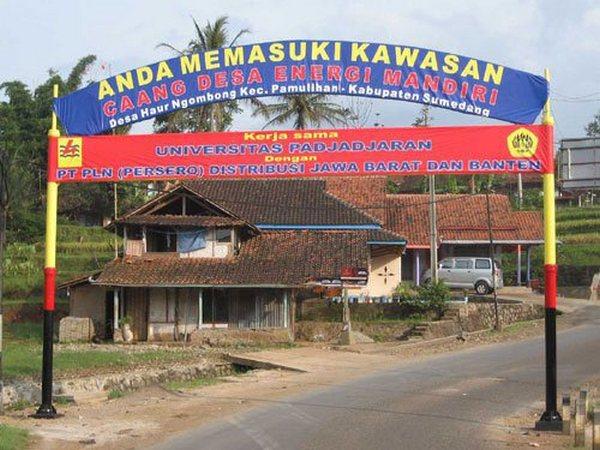 Gerbang Desa Haurngombong (foto: facebook)