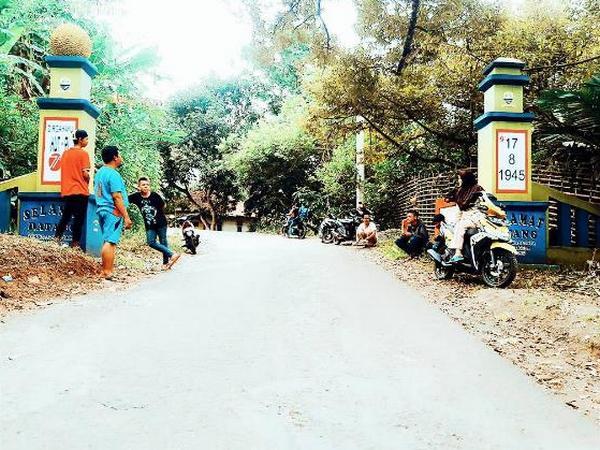 Gerbang masuk Desa Kadujaya (foto: instagram @desakadujaya)