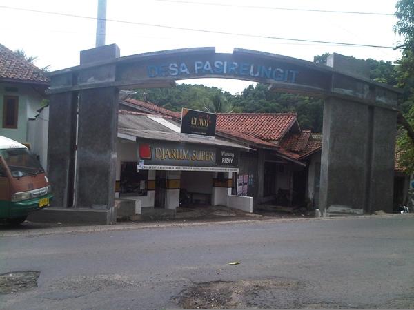 Gerbang masuk wilayah Desa Pasireungit (foto: Desa Pasireungit)