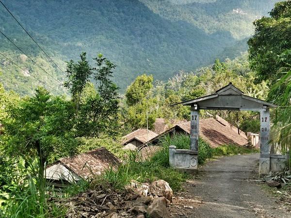 Gerbang masuk Desa Bangbayang (foto: Instagram @hhaasan)