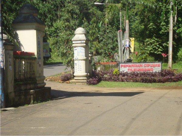 Gerbang masuk ke Wisata Pemandian Cipanas Cileungsing