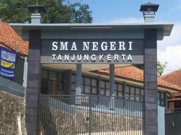 Gerbang SMA Negeri 1 Tanjungkerta (foto: facebook)