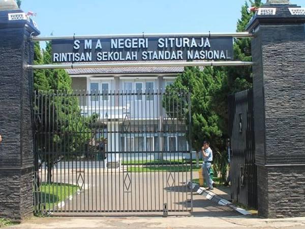 Gerbang sekola SMA Negeri Situraja (foto: facebook)