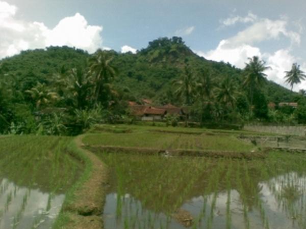 Gunung Kacapi dari kejauhan (foto: riansagita.heck.in)