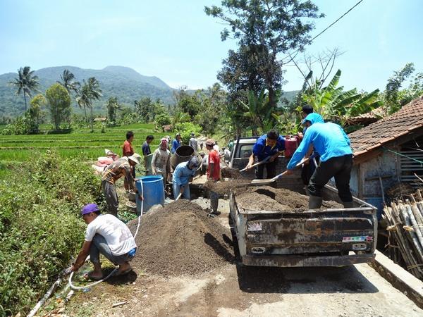 Gotong royong masyarakat (foto: Desa Cikurubuk)