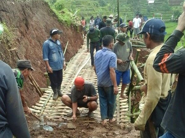Gotong royong warga Desa Cinanggerang (foto: facebook Jajang Wahyu)