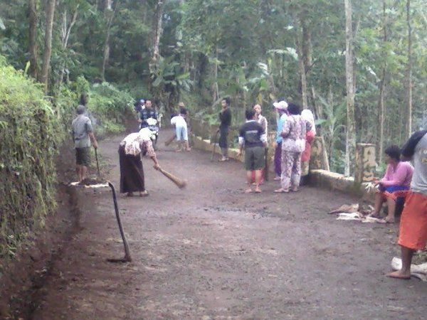 Gotong royong masyarakat Desa Naluk (foto: facebook Desa Naluk Sarasa)