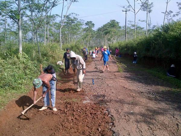 Gotong royong masyarakat desa (foto:  facebook Zenni Bima)