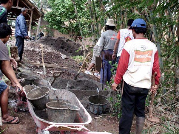 Gotong royong masyarakat Desa Cileles (foto: facebook Pemerintah Desa Cileles)