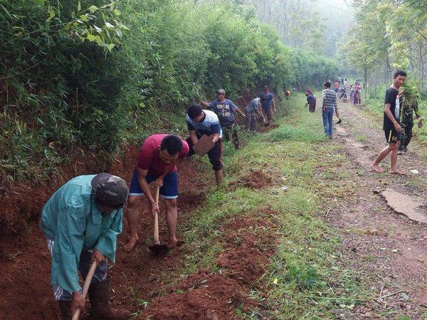 Gotong royong warga Desa Cimarias (foto: twitter @k_jjng)