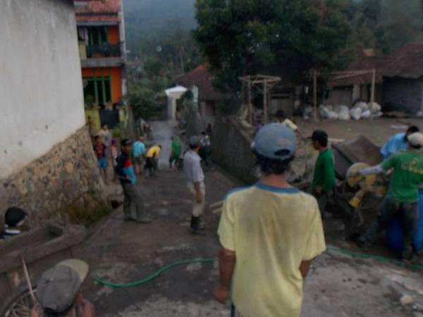 Gotong royong warga Desa Cibungur (foto: facebook Desa Cibungur)