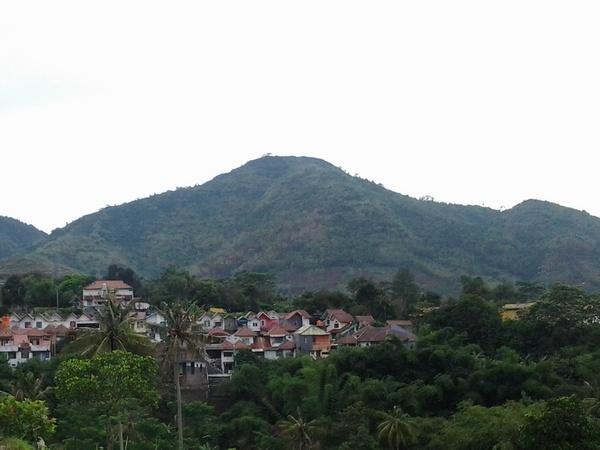 Gunung Geulis dilihat dari Jatinangor