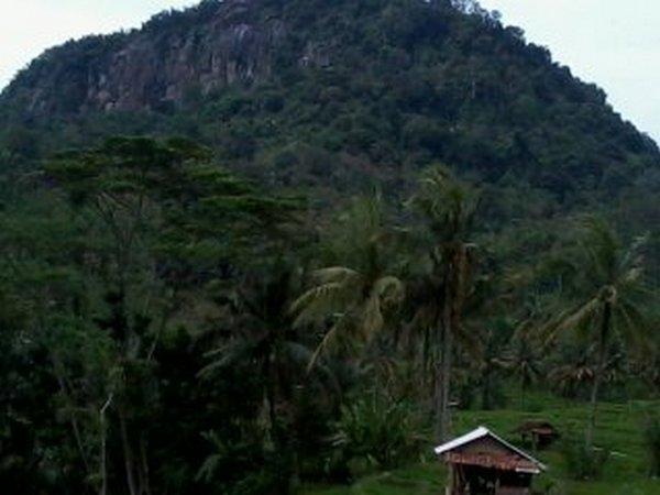Gunung Geulis dari posisi lebih dekat (foto: karuhunsumedanglarang)