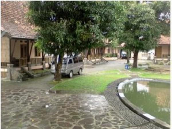Area parkir dan halaman penginapan