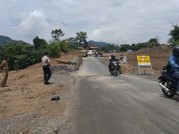 Jalan lingkar di Desa Neglasari (foto: facebook Asep Sofian)