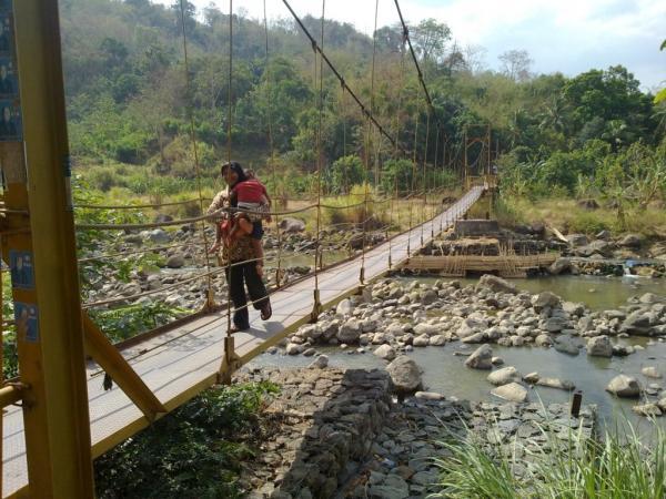 Jembatan gantung penghubung Desa Karedok dan Desa Kadujaya (foto: Uun Halimah)