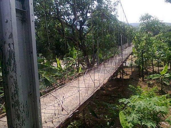 Jembatan penghubung Desa Kadu dengan Majalengka (foto: facebook Achmad Khattam)