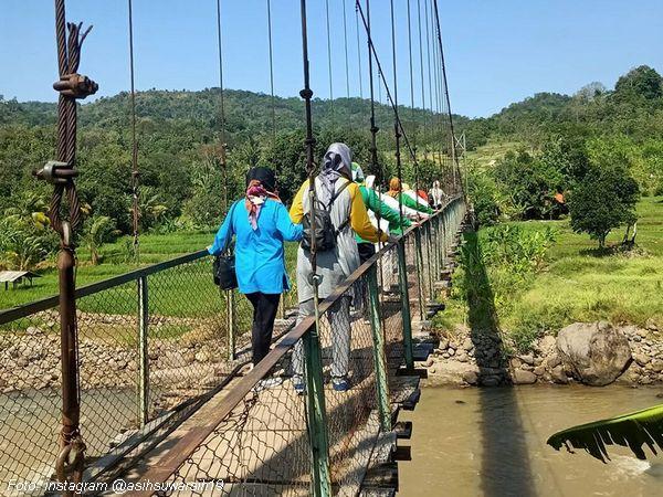 Jembatan gantung dilintasi penduduk