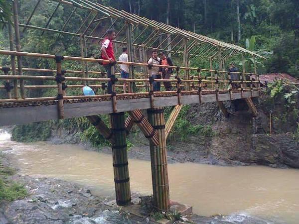 Jembatan bambu yang menghubungkan Cimanintin dengan Cikukulu (foto: facebook)