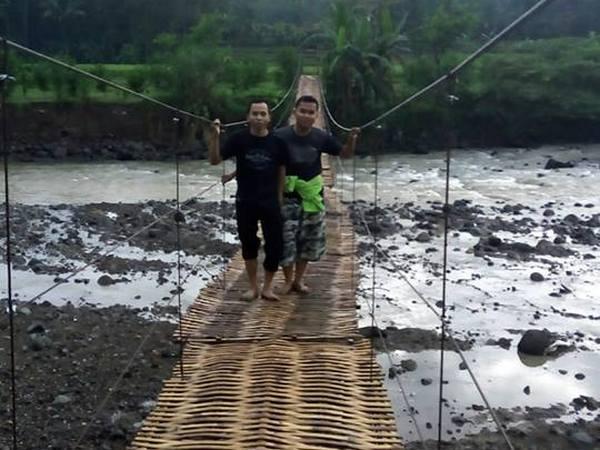 Jembatan gantung Rawayan dilintasi